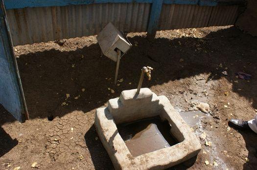 写真11.各戸給水と水道メーター