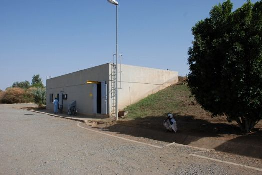 写真9.貯水場と中央管制建屋