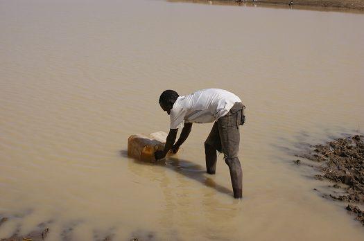 写真12.汚染された水を汲む村落住民