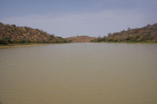 写真17.満水状態のダム湖の様子