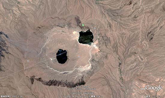 写真1.Marra山頂に形成されている2つの火口湖 (出典:Google Earth)